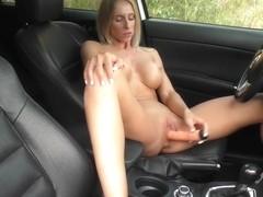 блондинка кончает от мастурбации в машине цветочных