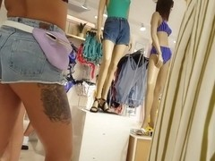 Candid voyeur thick ass booty shorts girl shopping with friends
